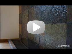 Водопад по стене из каменной плитки в загородном доме